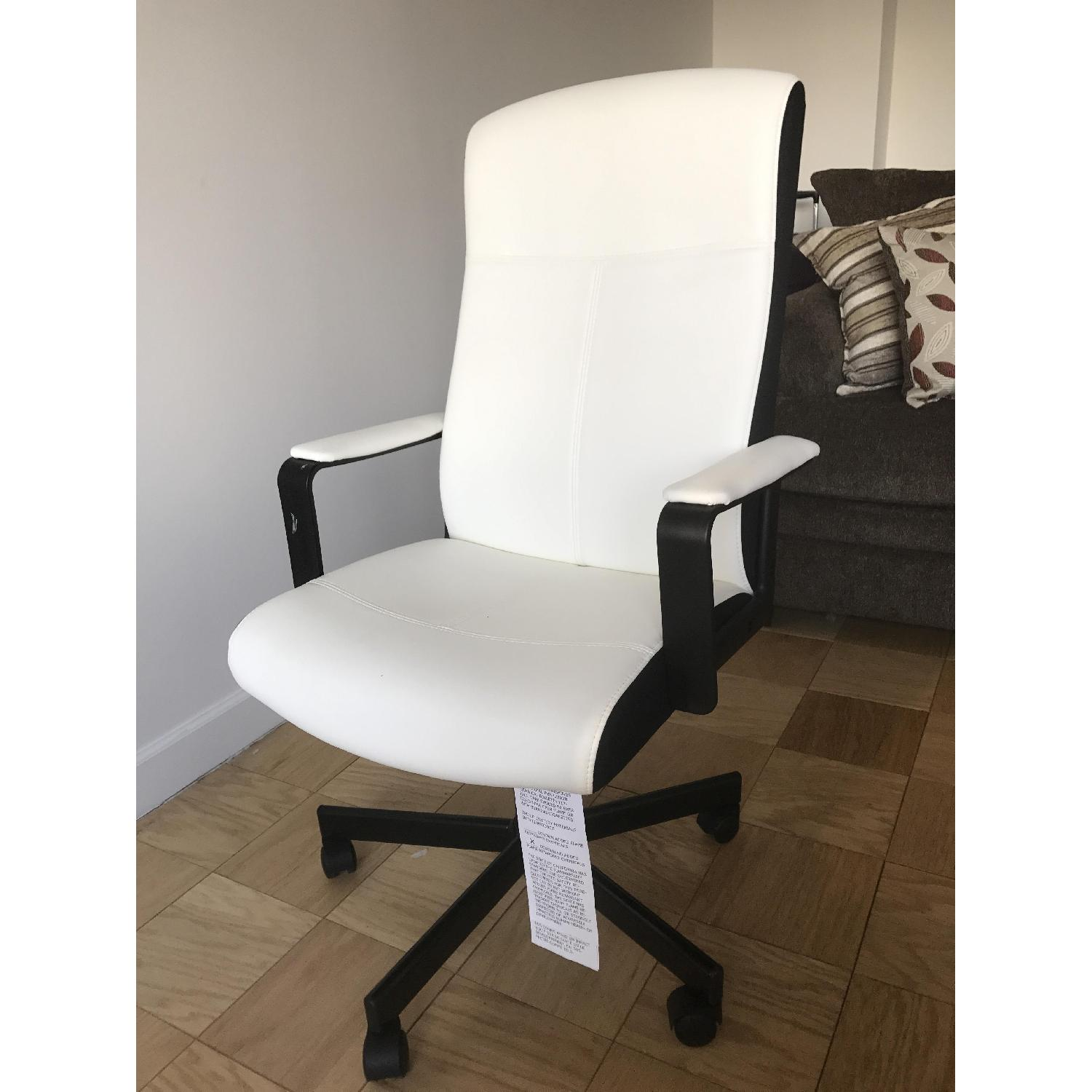Picture of: Ikea White Black Leather Office Chair Aptdeco