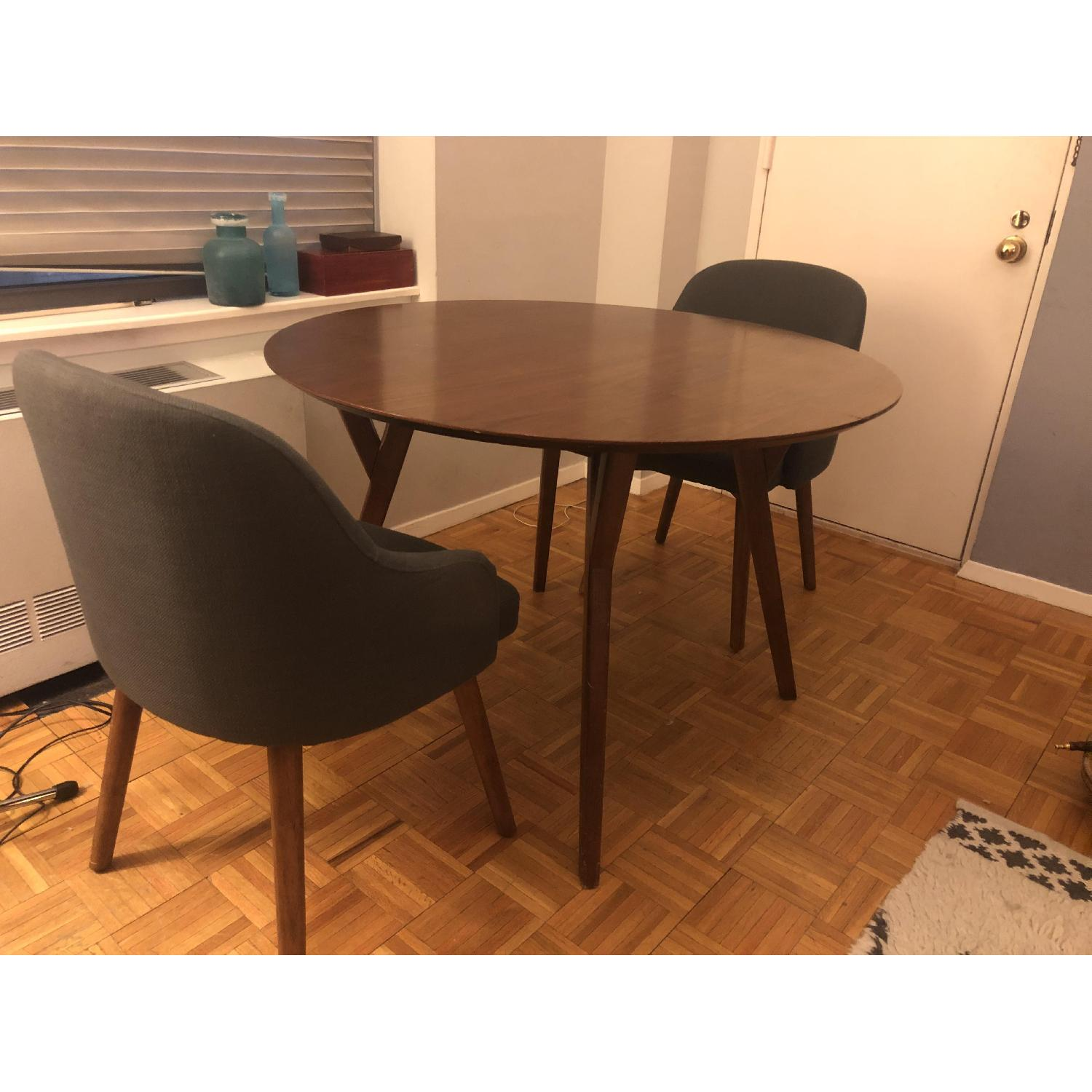 Image of: West Elm Parker Mid Century Round Dining Table Aptdeco