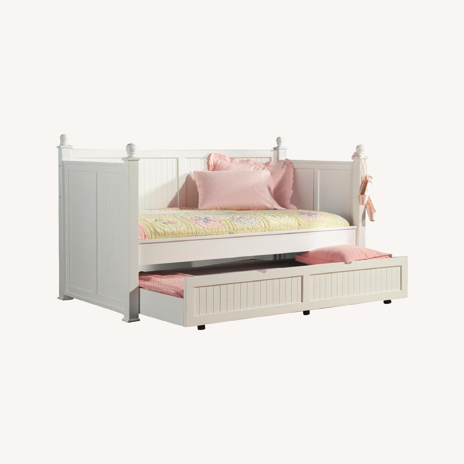 Cottage Style Daybed in White Finish w/ Pull-Out Trundle