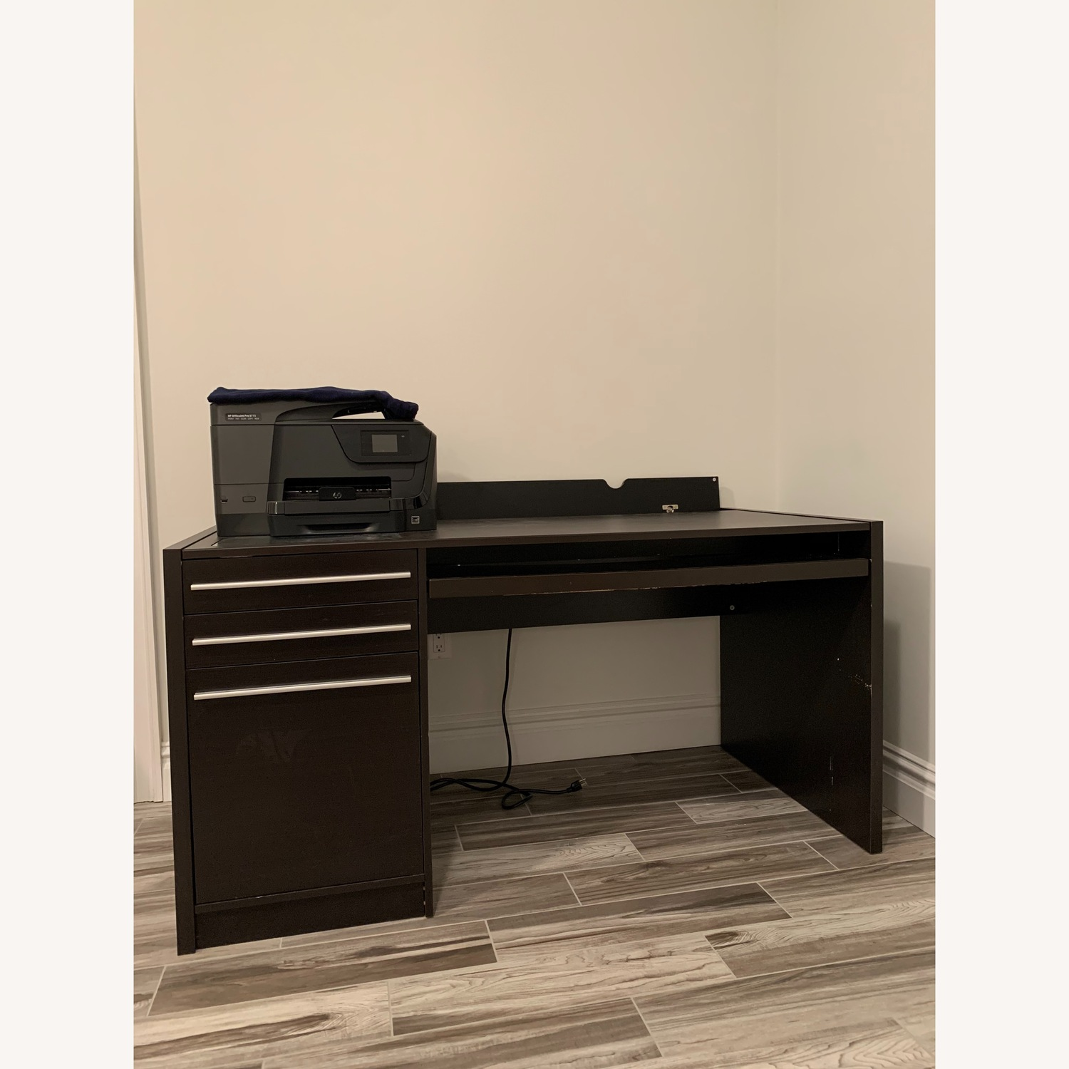 OFFICE DESK WITH MULTIPLE OUTLETS