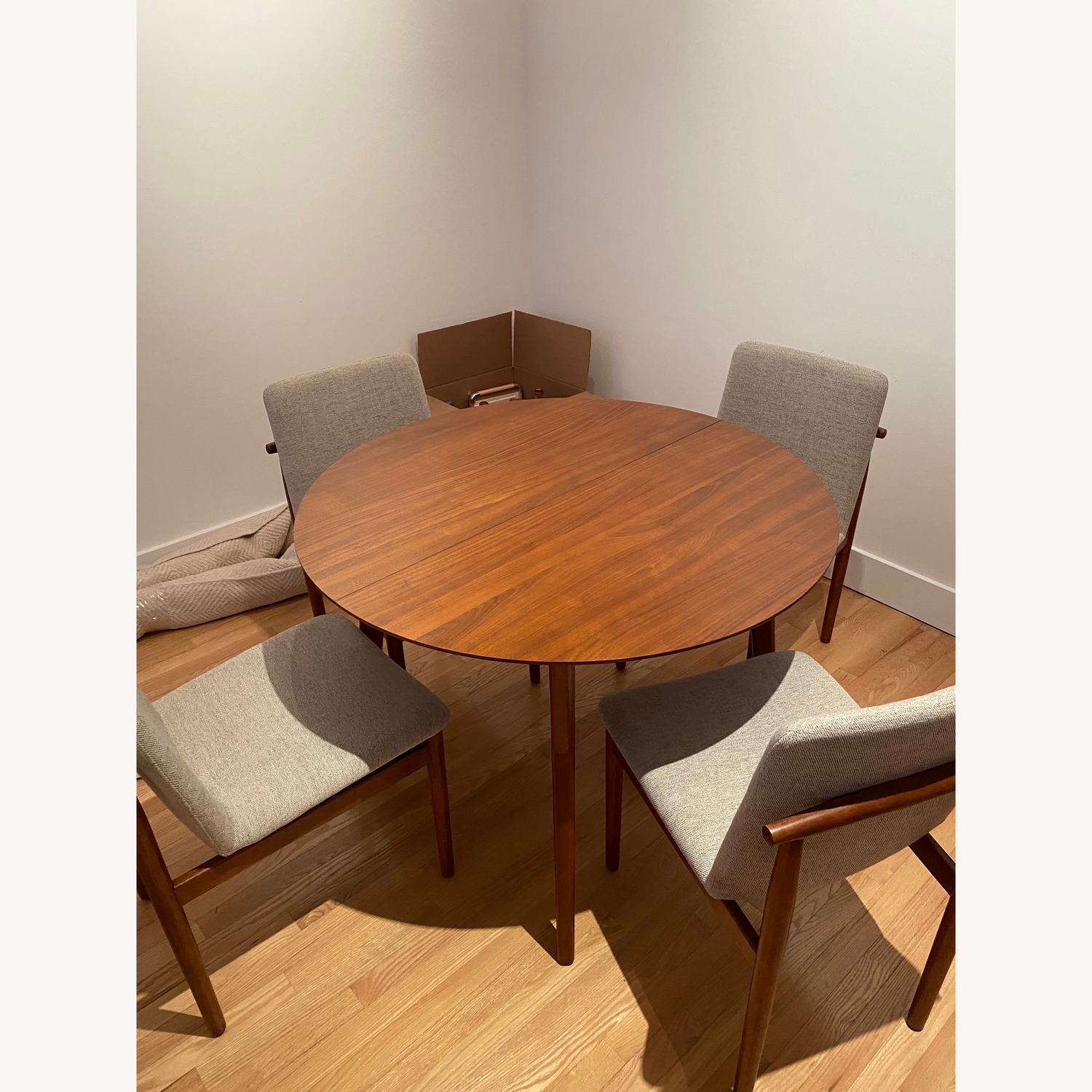 Picture of: West Elm Mid Century Round Expandable Dining Table Aptdeco