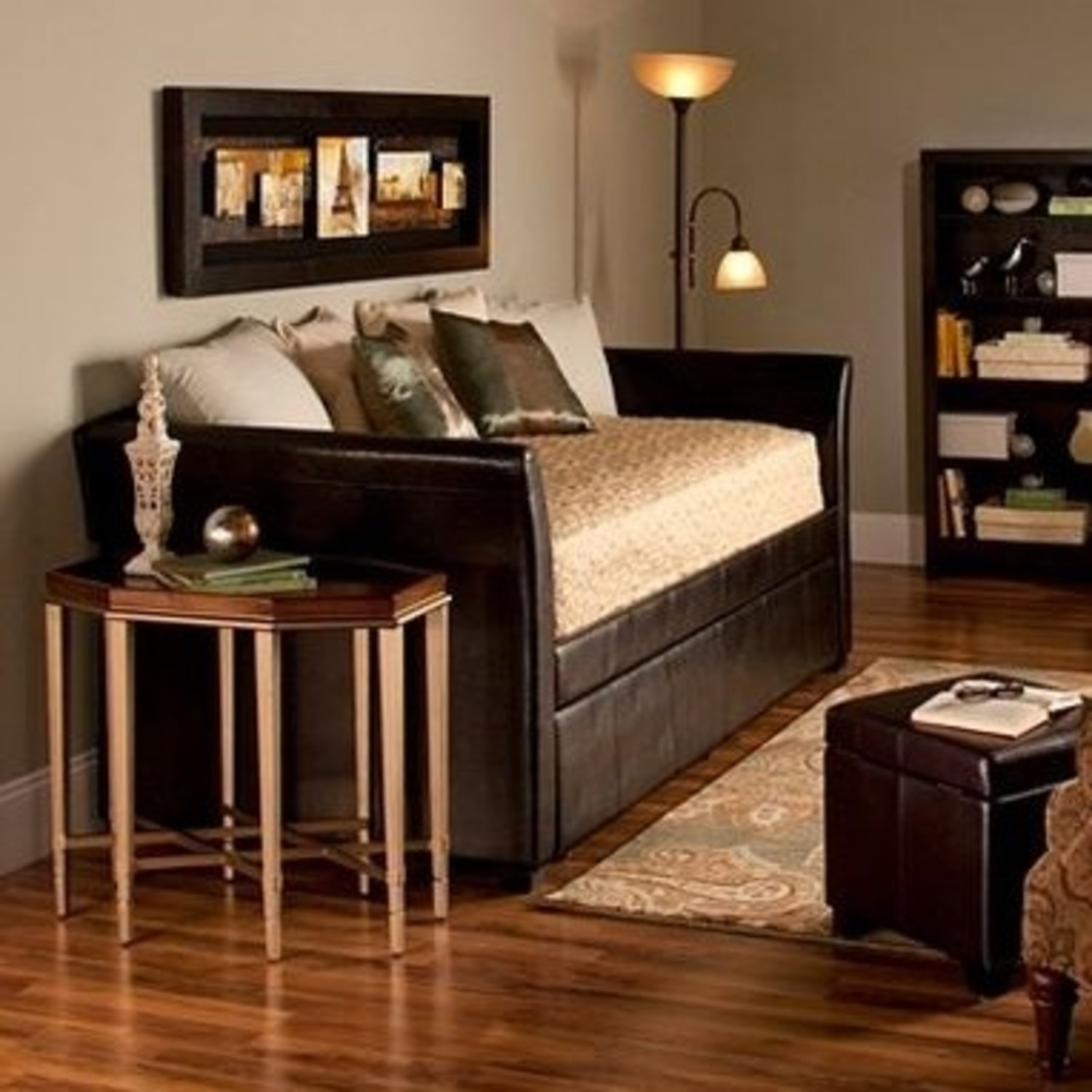 Picture of: Raymour Flanigan Daybed With Trundle Aptdeco