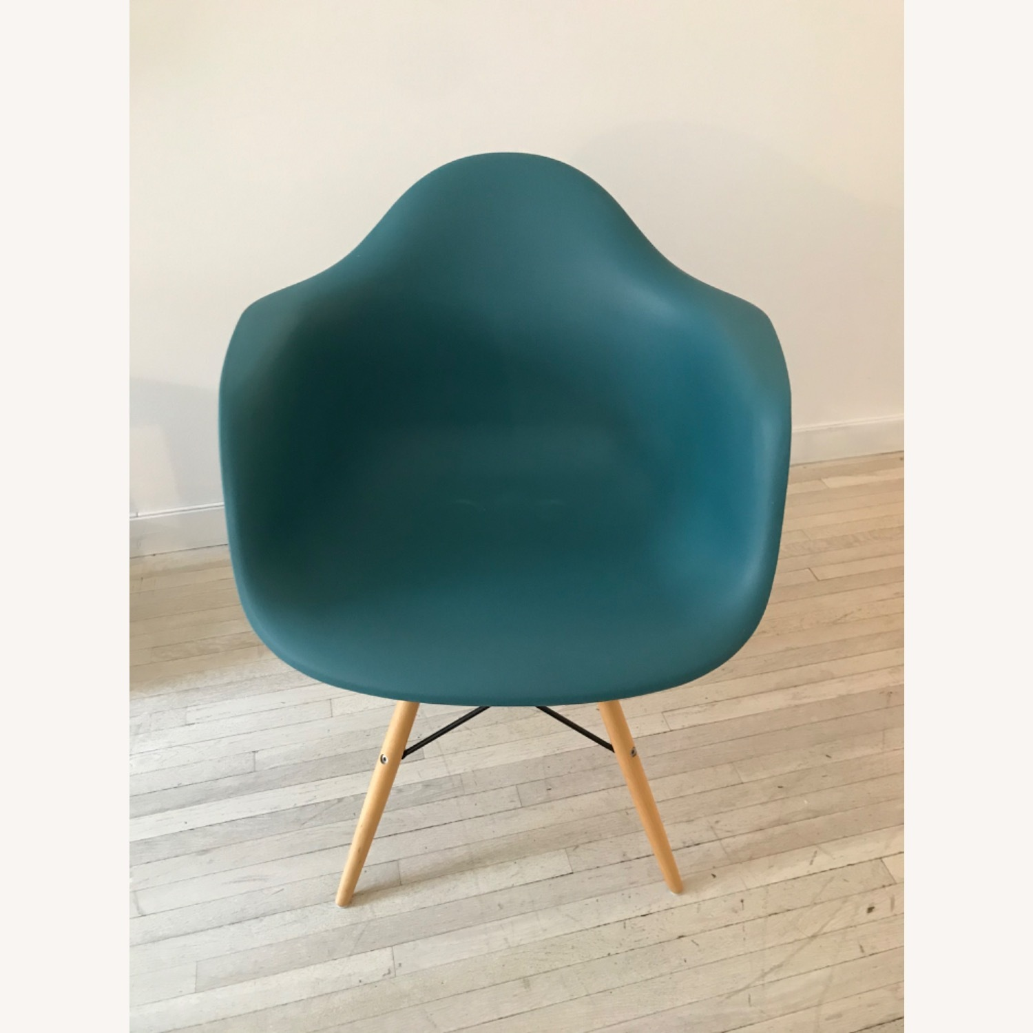 DAW Inspired Design Chair - image-1