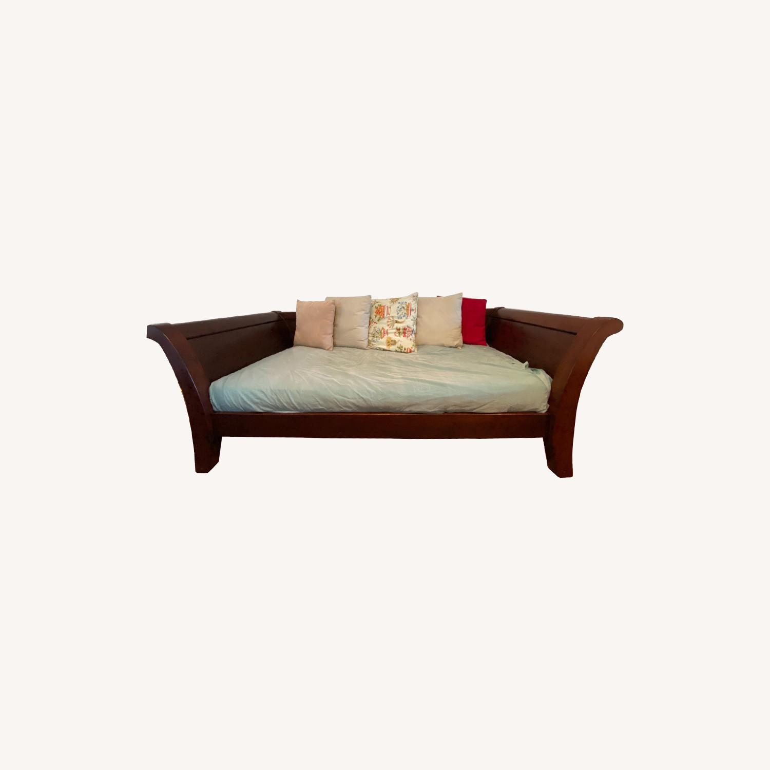 Impeccable Condition Sleigh Day bed - image-0
