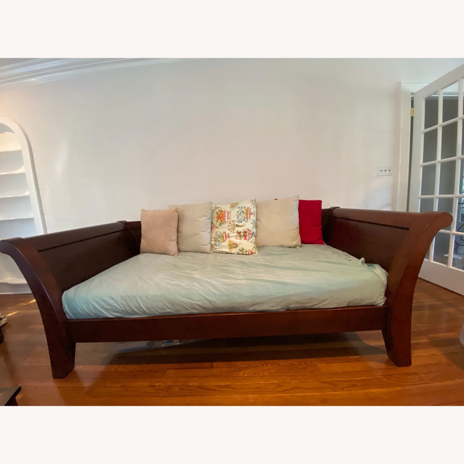 Impeccable Condition Sleigh Day bed - image-1
