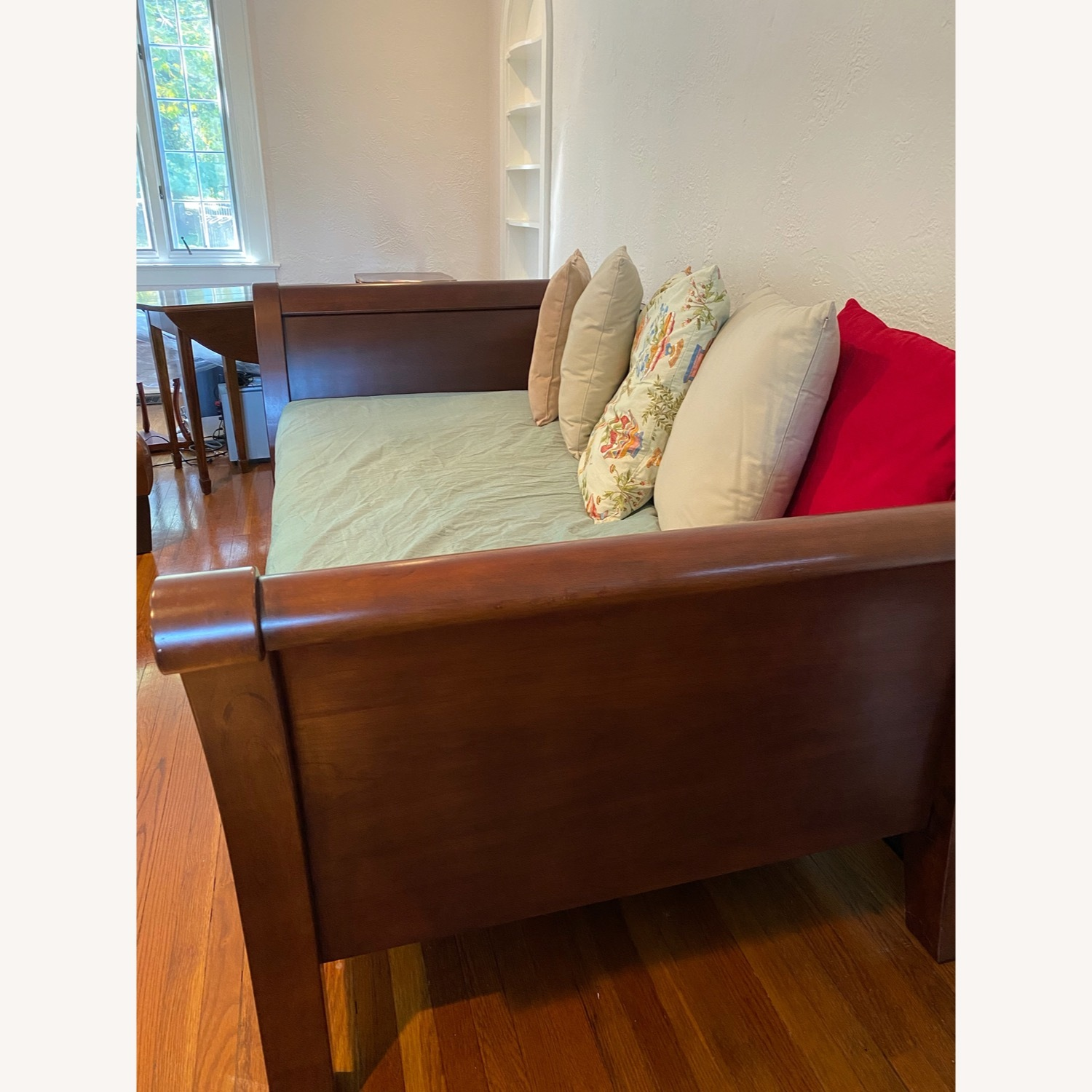 Impeccable Condition Sleigh Day bed - image-4