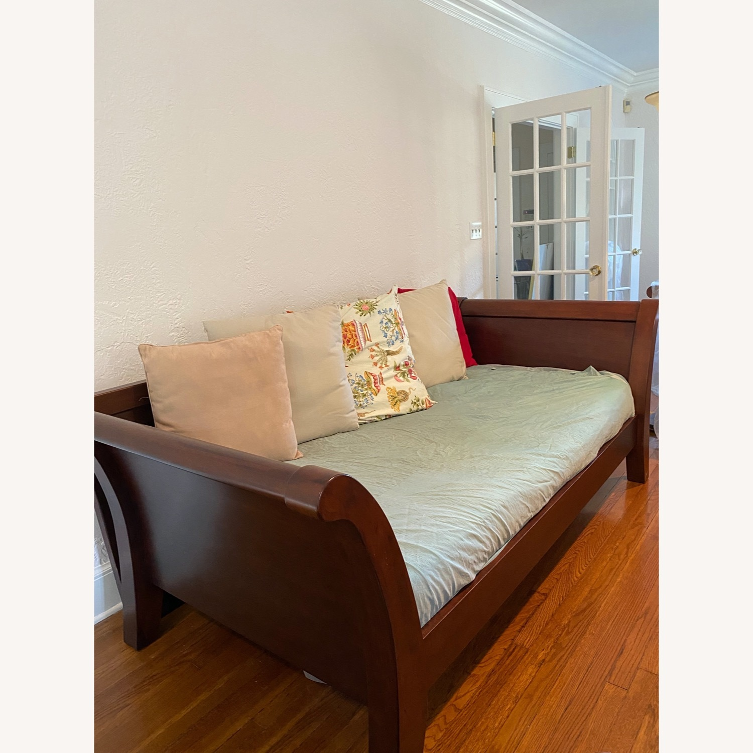 Impeccable Condition Sleigh Day bed - image-3