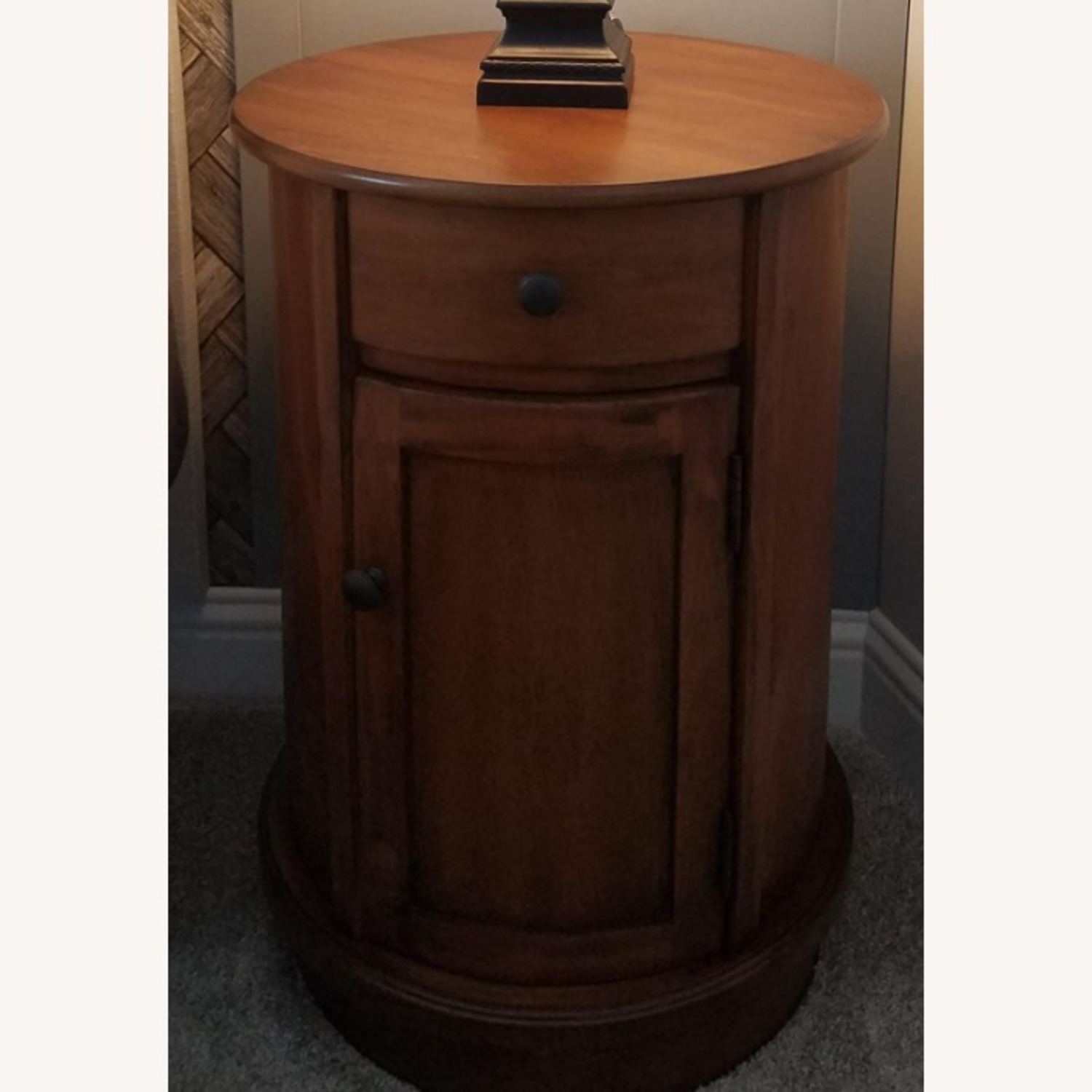 Traditional Style Round Wood Side Table In Brown Aptdeco