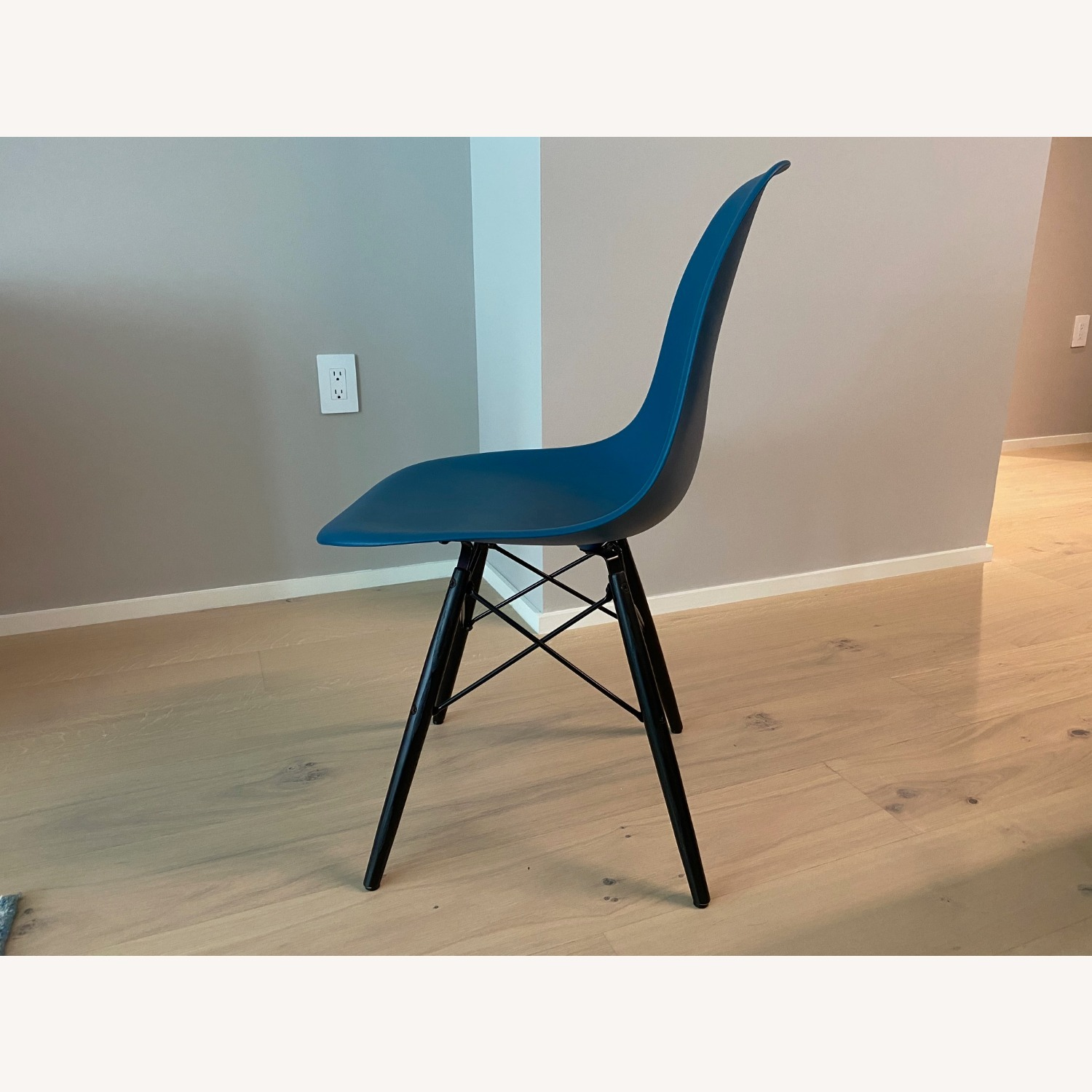 4 x Herman Miller Eames Molded Plastic Side Chair - image-1