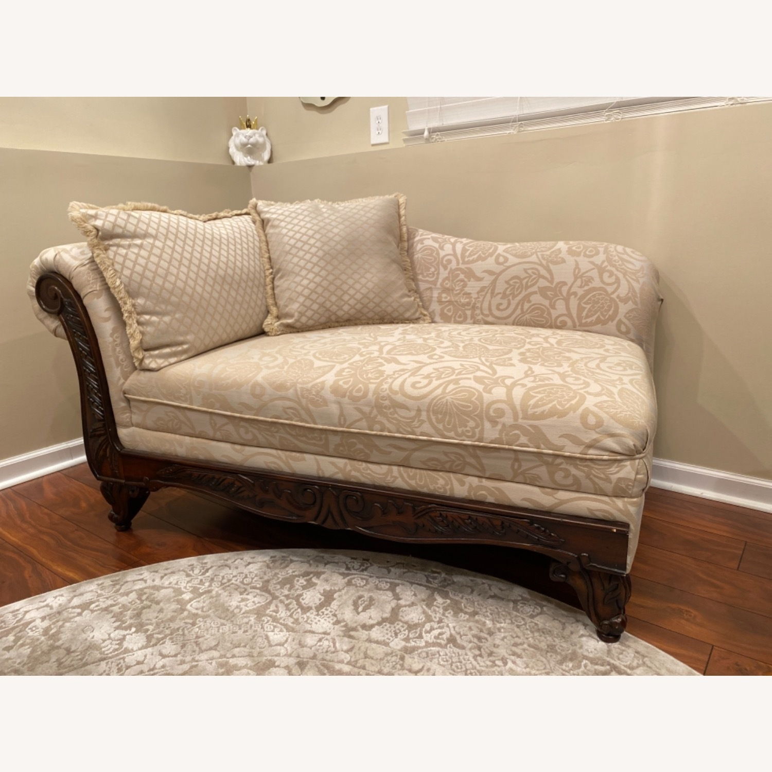Broyhill Beige/Off White Chaise - image-1