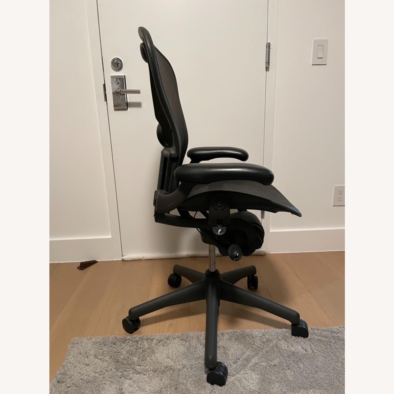 Herman Miller Aeron Chair Size B - image-4